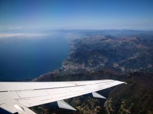 Die ligurische Küste im Anflug auf Genua.
